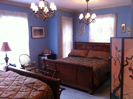 Inn 422: A cozy little room, with two king-size beds!