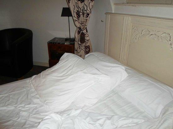 Le Castel Guesthouse: les oreillers pour soulager  le dos de l'inconfort de la literie