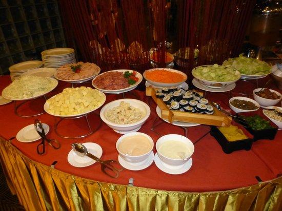 Gudu Wenhua Hotel: breakfast choices included sushi