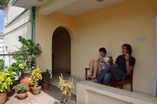 Kathmandu Madhuban Guest House: having breakfast