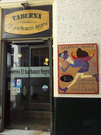 El Garbanzo Negro: Puerta del bar