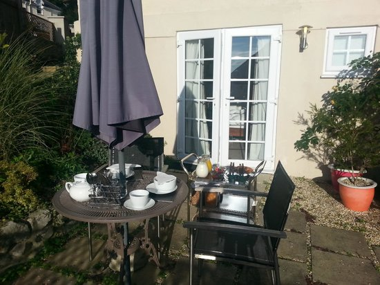 Rotherfield House B&B: Private garden where we had a divine breakfast