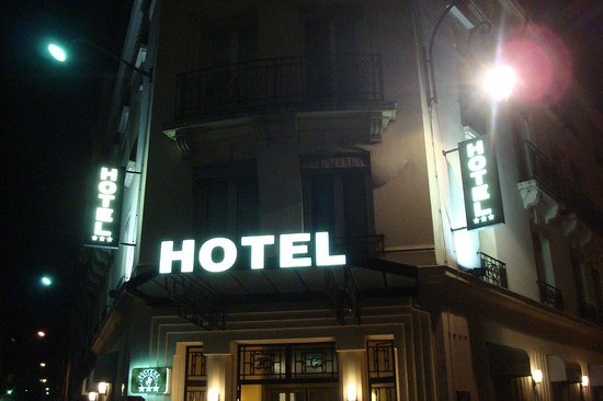 Hotel Charlemagne: Hotel at night