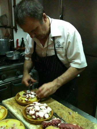 Restaurante O Ferrado : Preparando el pulpo