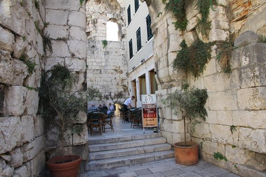 La Porta Luxury Rooms: Breakfast at restaurant close by