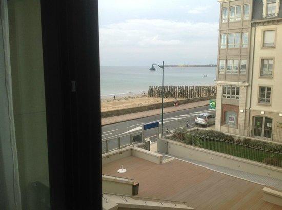 Hôtel Le Nouveau Monde : vue latérale mer 2e étage de la chambre