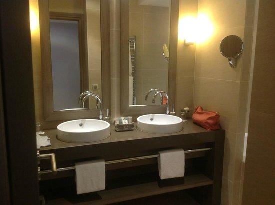 Hôtel Le Nouveau Monde : la salle de bain
