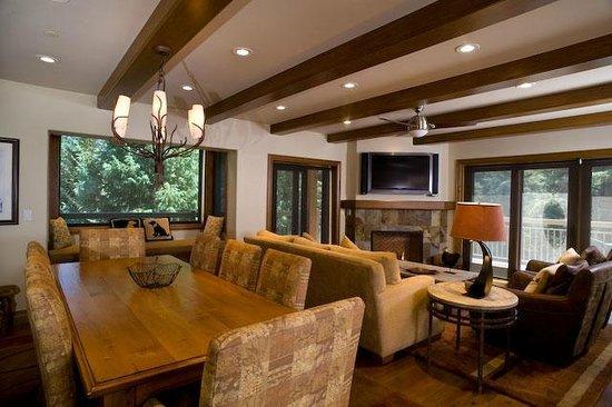 لودج آت لايونشيد: Lodge at Lionshead dining and living area