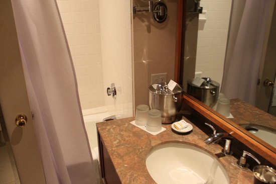 Charles Hotel : The bathroom