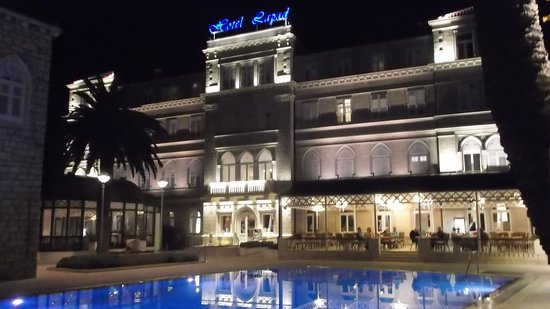 Hotel Lapad : Hotel at night