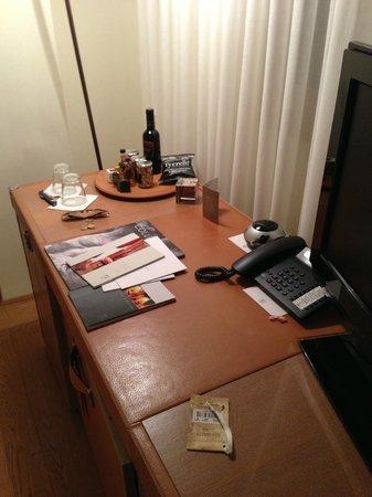 Continentale Firenze: La scrivania della stanza