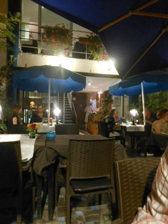 Le Parasol Bleu: Outside Dinning