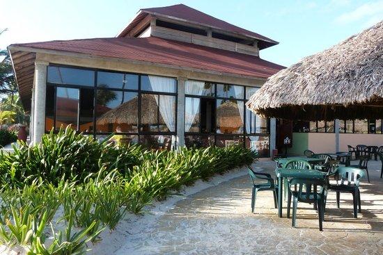 Bavaro Princess All Suites Resort, Spa & Casino: Restaurant au bord de la plage