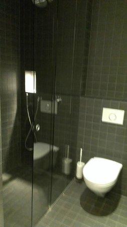 YMCA Hostel Basel: The bathroom