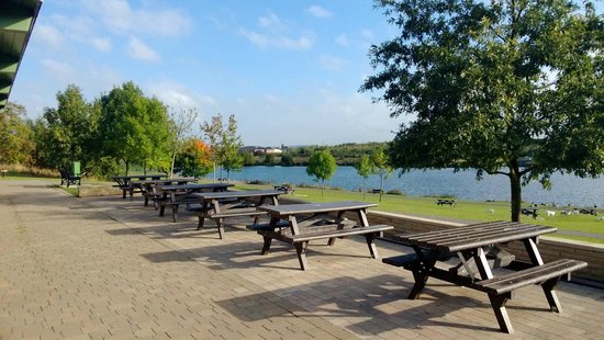 Staveley, UK: View of lake and setting area