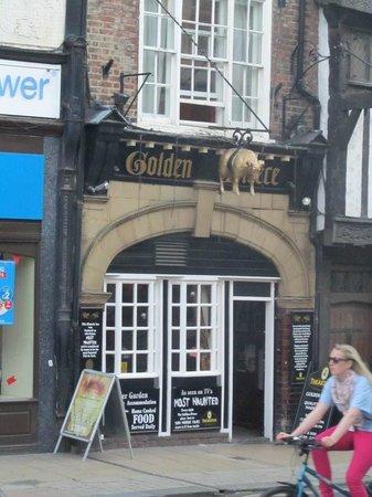 Golden Fleece: Most haunted pub