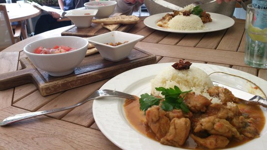 Lord's Tavern: The Guest Curry was chicken, with rice, naan, tomato salad and chutney