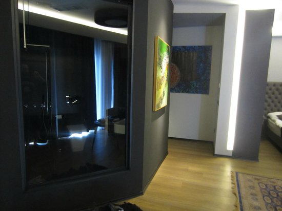 Solun Hotel & SPA: odd windowed bathroom with blinds operated from outside the bathroom