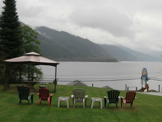 Kokanee Glacier Resort: Grey, rainy weather but still a gorgeous view