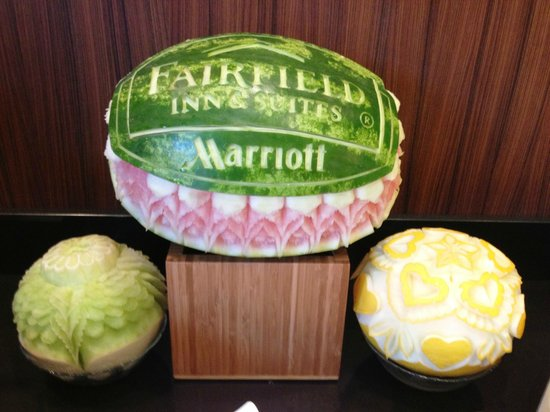 Fairfield Inn & Suites Knoxville West: Some melon carving at Breakfast