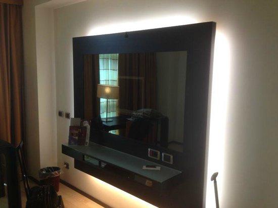 Hotel Mercure Siracusa Prometeo: specchio con tv nascosta dietro