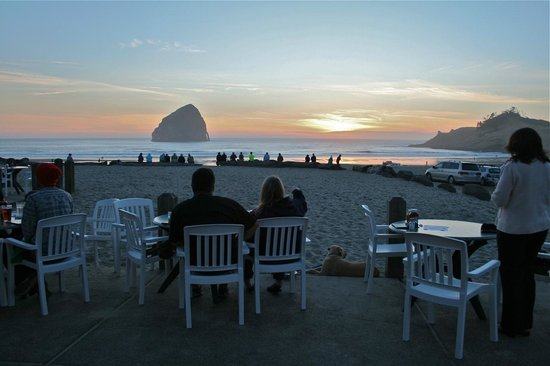 Inn At Cape Kiwanda: Sunset at Pelican Pub
