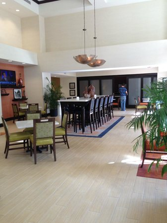 Hampton Inn and Suites Ocala : lobby when kitchen area is closed