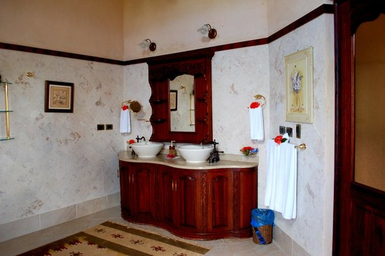 The Palace at Playa Grande: Our beautiful bathroom