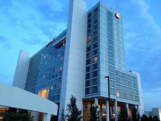 Renaissance Schaumburg Convention Center Hotel : a view from the parking lot