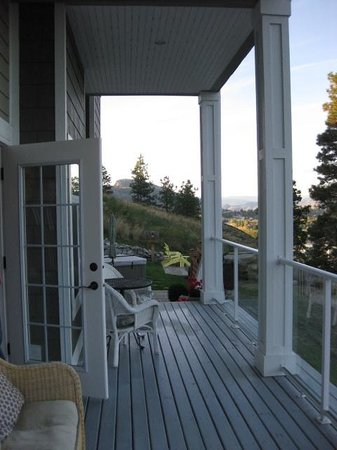 Apples and Quails Bed & Breakfast: Beautiful back porch with view