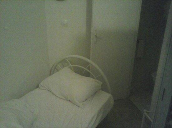 Hotel Montana La Fayette: le mur du fond de la chambre soit 1.40m