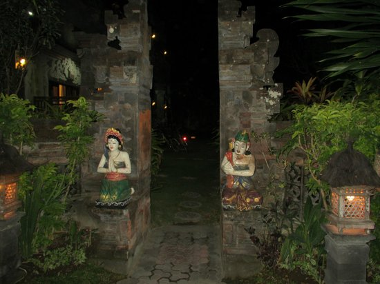Segara Agung Hotel: The well kept gardens and styling give the place a real Balinese feel