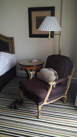هوتل جران ماهاكام: bedside sofa