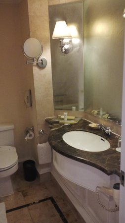 Hotel Gran Mahakam Jakarta: bathroom counter