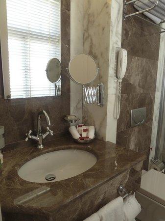 Corinne Hotel: Bathroom