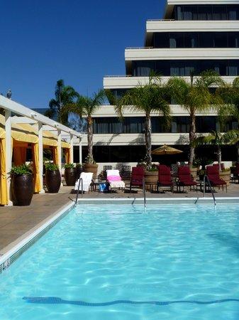 The Duke Hotel Newport Beach: Fairmont pool & lounge area.
