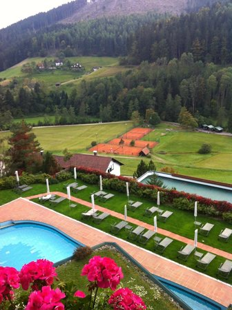 Hotel Traube Tonbach: Overlooking pool and grounds