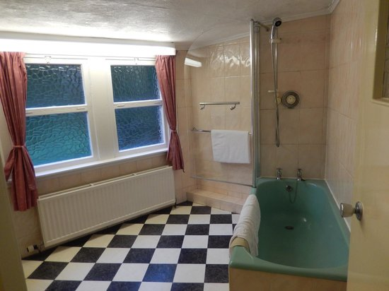 Kirklee Hotel: Large ensuite bathroom, Room 1