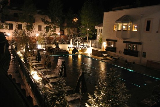 The Lodge at Vail, A RockResort: The pool, it was after 10:30pm so it was closed.