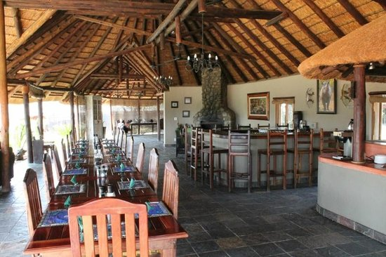 Jackalberry Lodge: Bar and dining area