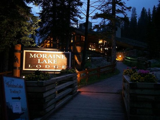 Moraine Lake Lodge: 夜のロッジ