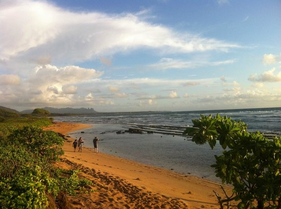 Kauai Beach Resort: Beach, not good for swimming.