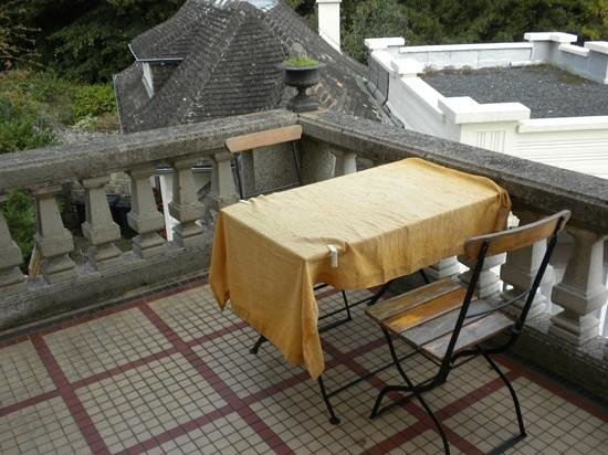 Le Castel Guesthouse: Small, private terrace outside Room 3