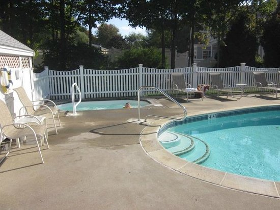 Pink Blossoms Resort (Family Suites) : Hot tub and pool