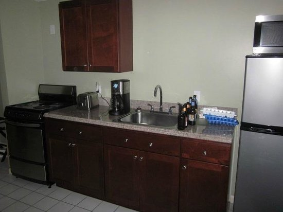 Pink Blossoms Resort (Family Suites): Kitchen in our king suite rm 126