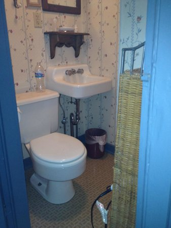 Robert Morris Inn : Tiny bathroom; door didn't quite shut properly