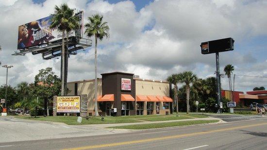 Hampton Inn & Suites Orlando International Drive North : frente para international drive (o hotel fica no fundo atras do dunkin donuts)