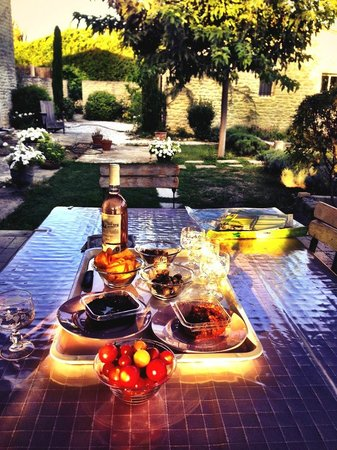 Le Mas des Etoiles : Nightly wine and nibbly bits on the terrace