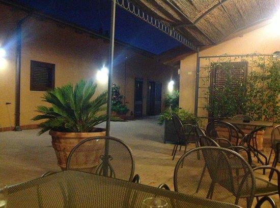 La Terrazza Di Castiglione: Area externa, ao fundo recepção do hotel, uso comum