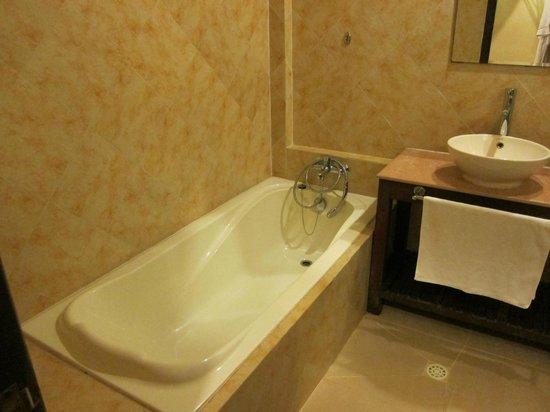 Pavillon d'Orient Boutique-Hotel: Room 11 - soaking tub